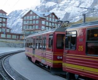 The train from Grutschalp arrives in Mürren.