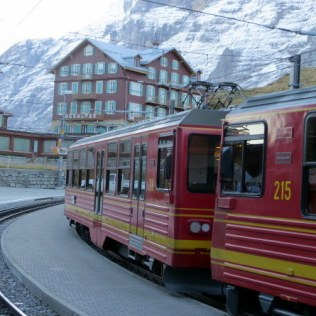 The train from Grutschalp arrives in Mürren.