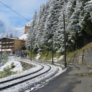 The path, and the tracks, approach Mürren.